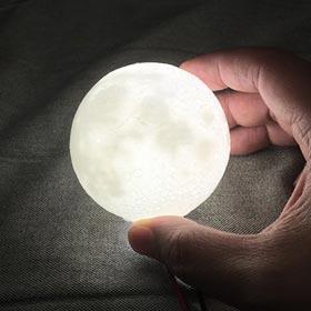 Der Mond ganz nah und aus dem eigenen 3D Drucker! Bauen Sie Ihren eigenen leuchtenden Mond nach. – Quelle: Thingiverse thing: 2771919