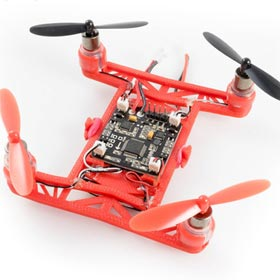 Kleine Drohne mit 4 Propellern und kleiner Platine in der Mitte. Die Kunststoffteile stammen aus dem 3D Drucker